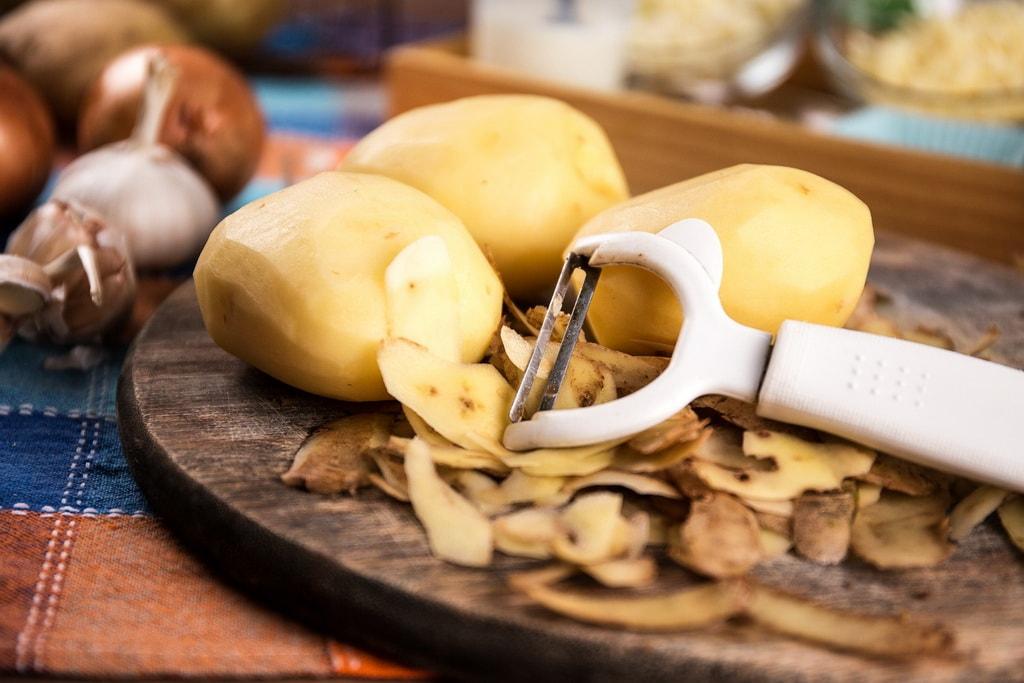 картофельные очистки для огорода или сада